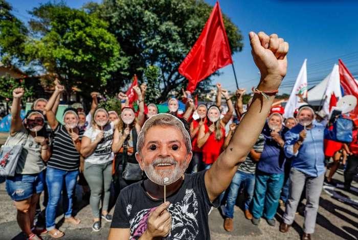 Do cárcere, ex-presidente Lula envia carta aos acampados em Curitiba