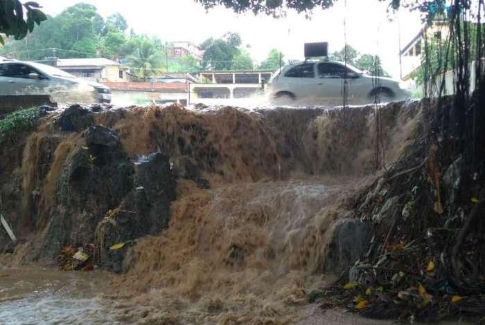 Na Avenida Joaquim da Costa Lima, em Belford Roxo, uma cachoeira se formou em meio ao asfalto