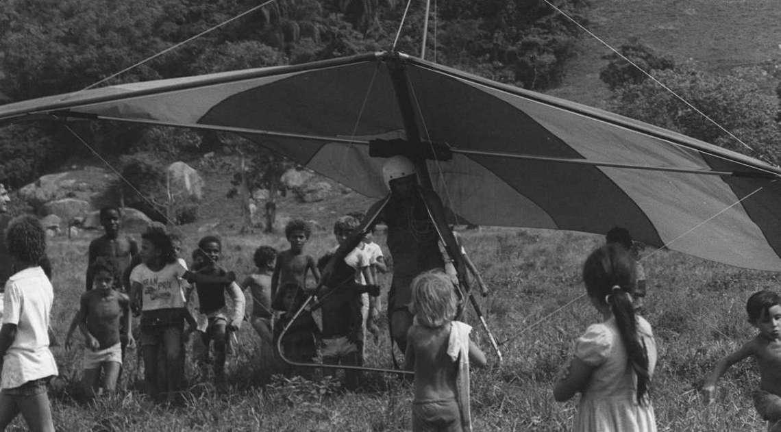 Homem-pipa, homem-voador , asa voadora, asa planadora, eram alguns dos nomes dados aos praticantes e ao acess�rio de  voo livre nos anos 1970; 1974 foi o ano em que  o esporte chegou ao pa�s. A aterrisagem de um deles, que decolou da Pedra Bonita  em abril de 1977,  causou olhares de admira��o e surpresa dos pequenos que correram para ver de perto a novidade