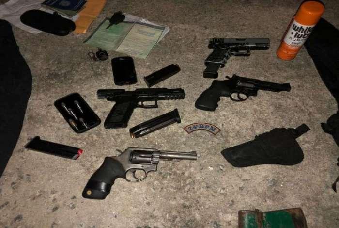 Material apreendido pela PM em a��o contra a mil�cia em Itagua�