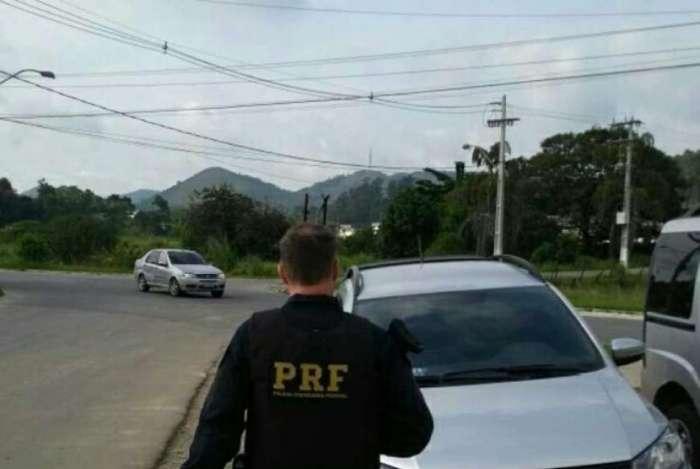 Agentes da PRF prenderam mulher por suspeita de recepta��o