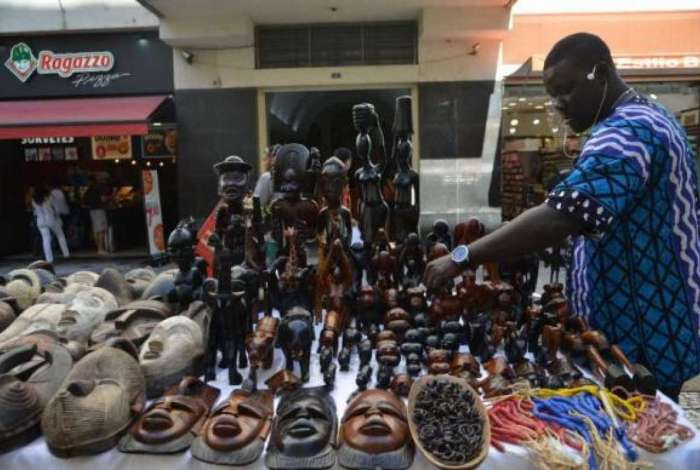 O senegal�s Ndiaga Sow vende objetos decorativos africanos em S�o Paulo