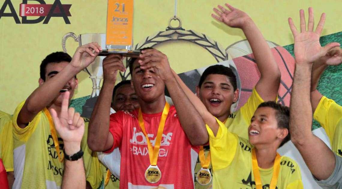 Um dos destaques, goleiro T�lio ergue trof�u no sub-14 e comemora com os colegas