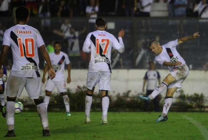 Wagner solta a bomba de esquerda para marcar o primeiro gol do Vasco, aos 41 minutos do segundo tempo