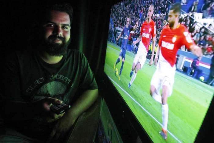Apaixonado por futebol, o estudante S�vio Rezende n�o quer perder nenhum lance da Copa do Mundo. Ele est� de olho nas promo��es de TVs