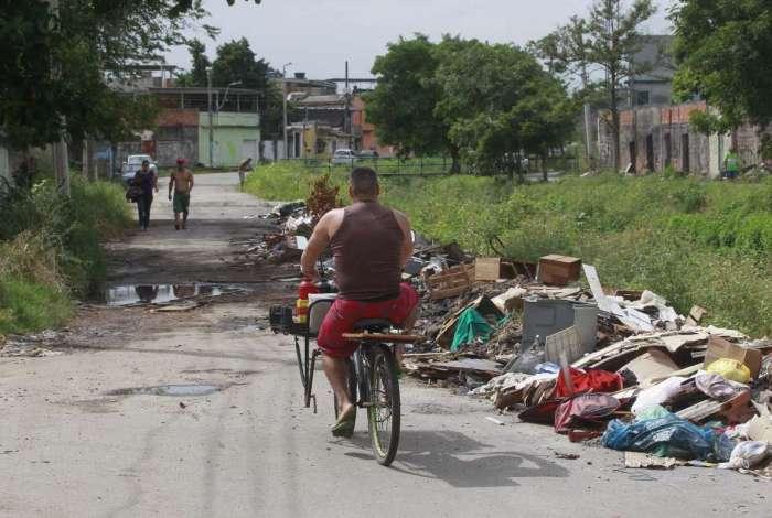 Na Rua Geraldo Crispim, em Jardim Jos� Bonif�cio, lixo, grandes po�as de lama e muito mato tomam conta do caminho que moradores passam para sair e voltar para casa