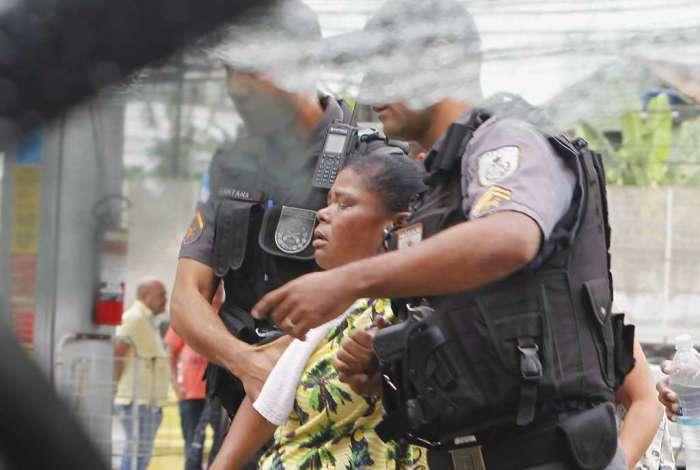 A mãe do suspeito morto na tentativa de assalto em posto de gasolina no Méier foi amparada por policiais após passar mal ao ver o corpo do filho, Claudeci Figueira Vieira