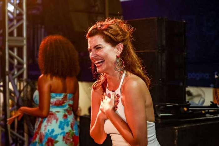 Mayana Neiva se esbalda em show na quadra da Portela