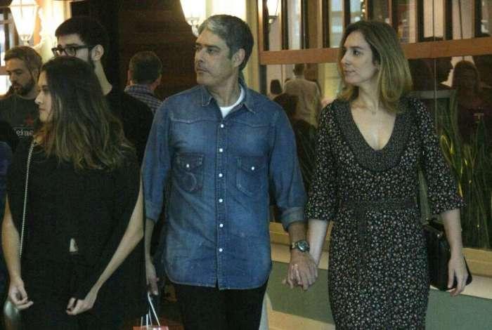 William Bonner passeia no shopping com a namorada, Natasha Dantas, e os filhos