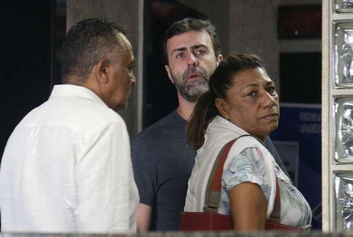 Os pais de Marielle Franco, Antonio e Marinete, e a filha, Luyara, chegaram acompanhados do deputado Marcelo Freixo no prédio da Chefia da Polícia Civil