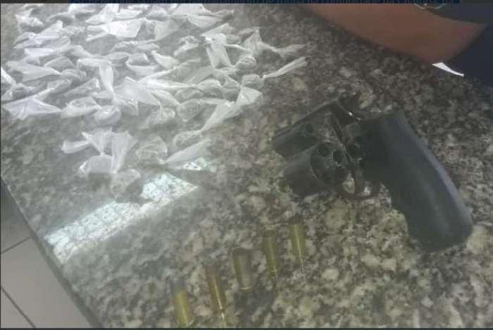 Pol�cia Militar apreende drogas, rev�lver calibre 38 e muni��es em a��o de rotina na Chatuba, em Mesquita.
