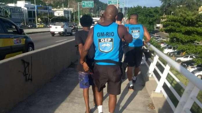 Resultado de imagem para Homem é preso e três adolescentes são apreendidos na Barra da Tijuca