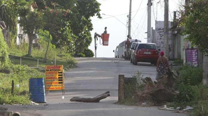 Traficantes em Belford Roxo bloqueiam as ruas com barricadas, como esta a 8 km de Parque Floresta