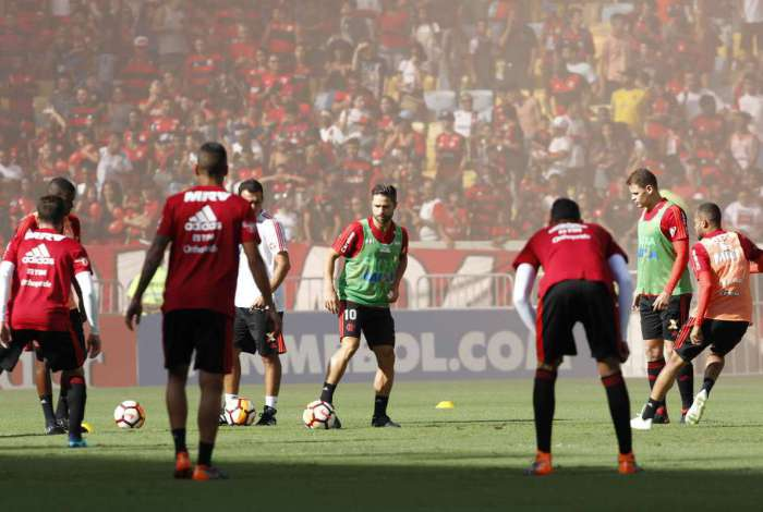 Que torcida � essa? Diante de 45.977 presentes no Maracan�, os jogadores do Flamengo participam do �ltimo treinamento antes de encarar os colombianos do Santa F�, pela Libertadores