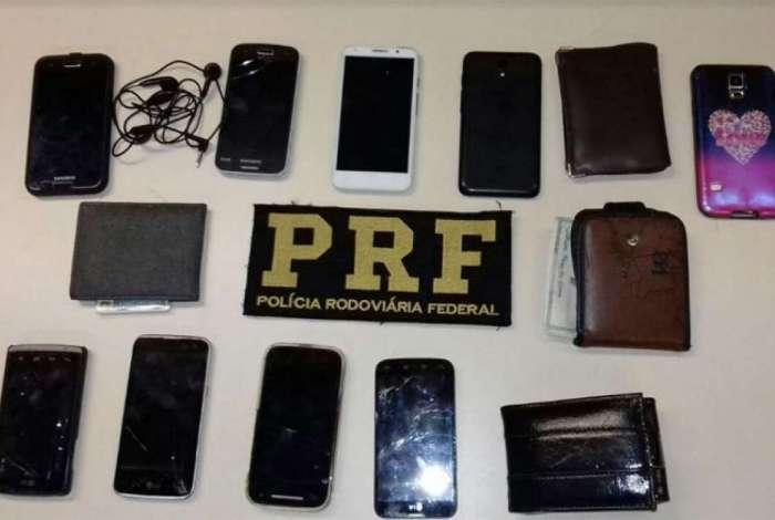 Celulares e carteiras dos passageiros foram recuperados pela PRF