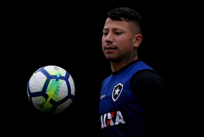 Léo Valencia esta fora do clássico contra o Fluminense