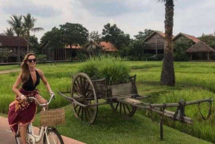 Mariana Ximenes posa no Camboja