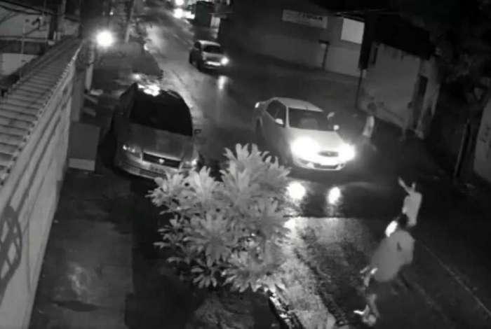 Bandidos tentam roubar carro em Nova Igua�u