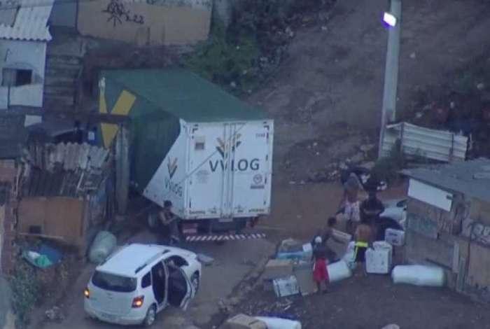 Globocop voltou a flagrar roubo de carga no mesmo lugar no Complexo da Pedreira