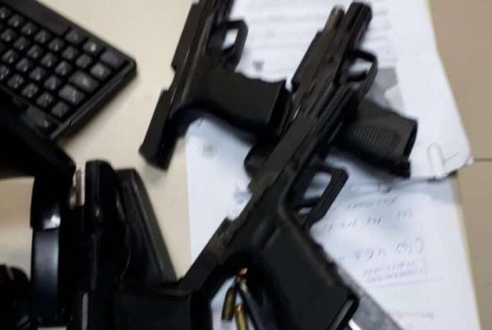 Armas apreendidas com os suspeitos