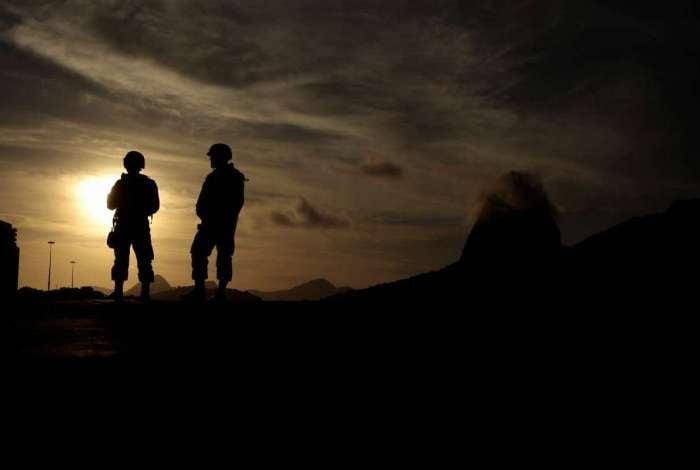 Fuzileiros navais que participam da interven��o federal fazem patrulhamento na enseada de Botafogo, com vista para o P�o de A��car