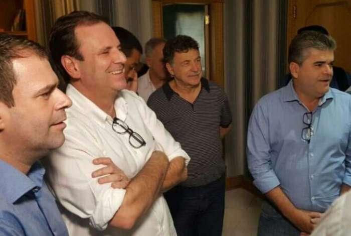 Eduardo Paes (DEM) entre o deputado Rosenverg Reis e o prefeito de Duque de Caxias, Washington Reis, ambos do MDB, nesta quarta-feira