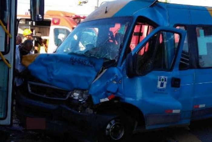 Acidente entre van e ônibus no Fundão