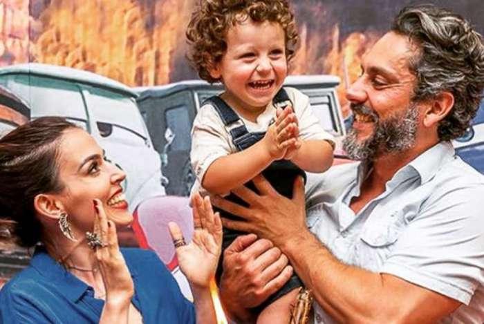 Karen Brusttolin e Alexandre Nero com o filho mais velho, No�, de 2 anos