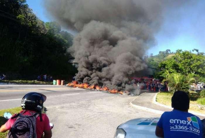 Manifestantes colocaram fogo em pneus na BR-101