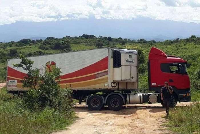 Policiais recuperam ve�culos roubados em Itabora�