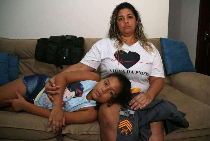 Fernanda, com a filha Julia, quer mais rigor nas investiga��es do assassinato do sargento Hudson, morto em confronto com bandidos no Vidigal