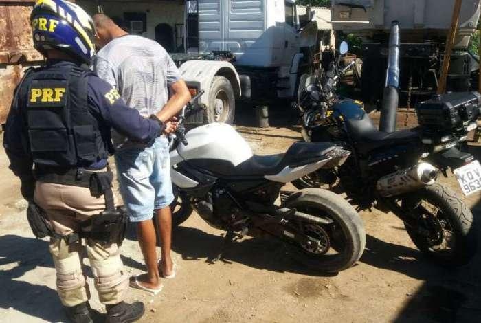 Homem � preso e motocicleta esportiva roubada � recuperada em Serop�dica