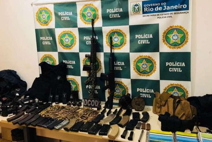 Agentes apreenderam fuzis, muni��es, granadas, carregadores, camisetas da Pol�cia Civil e material de anota��o do tr�fico