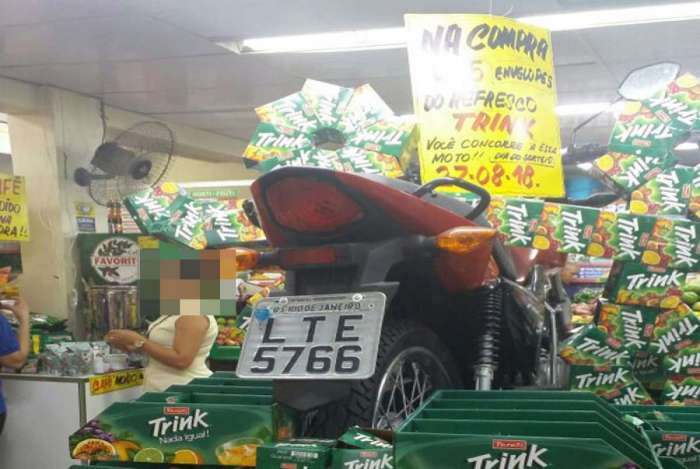 Moto roubada que seria sorteada em mercado é apreendida