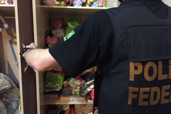 Durante operação no Rio, em 2017, a Polícia Federal descobriu armário cheio de brinquedos na casa de um pedófilo. Objetivo era atrair crianças