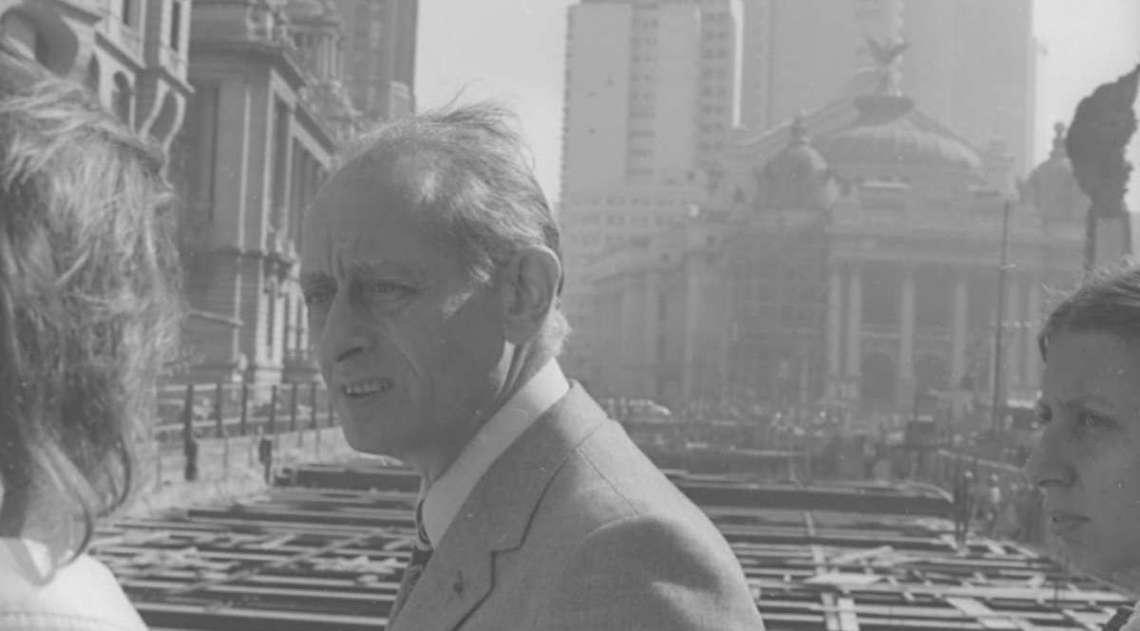 Com o Teatro Municipal ao fundo, Roger Belin, a maior autoridade francesa em metr�, estava na Cinel�ndia, no Centro do  Rio em  julho de 1975. Visitou e  aprovou as obras do metr� na cidade. A empresa Sofretu, subsidi�ria da RATP, Rede Auton�ma de Transportes Parisienses,  presidida por Belin,  foi criada para prestar servi�o de coopera��o t�cnica �s cidades interessadas e mantinha conv�nio com a Companhia do Metropolitano do Rio