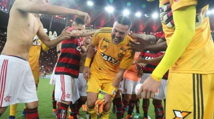 Julio Cesar passa por corredor formado por jogadores do Flamengo, ap�s a vit�ria sobre o Am�rica-MG