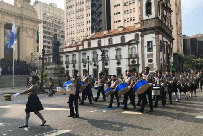 Policiais fazem desfile em homenagem a Tiradentes