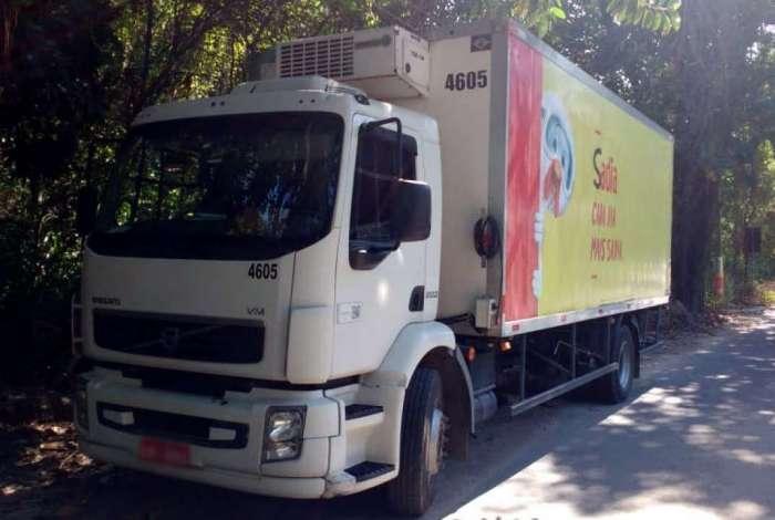 Caminhão com carga intacta recuperado em Belford Roxo