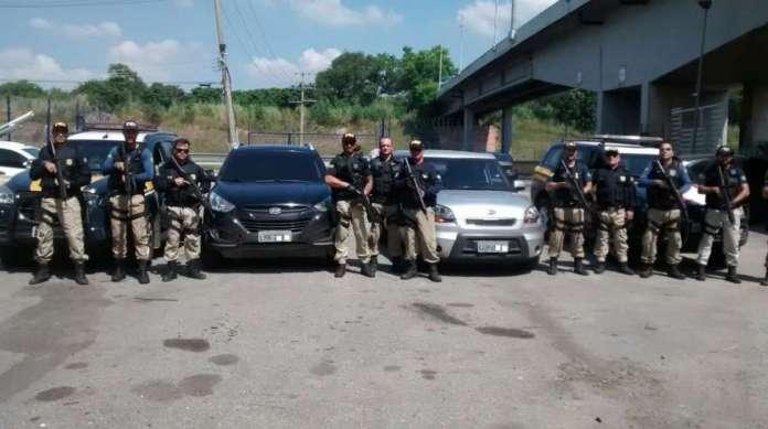 Agentes da PRF apresentaram os dois carros roubados logo ap�s a apreens�o. Ningu�m ficou ferido