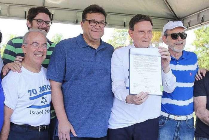 Prefeito Marcello Crivella exibe o termo de cess�o  de uso do terreno para a comunidade judaica