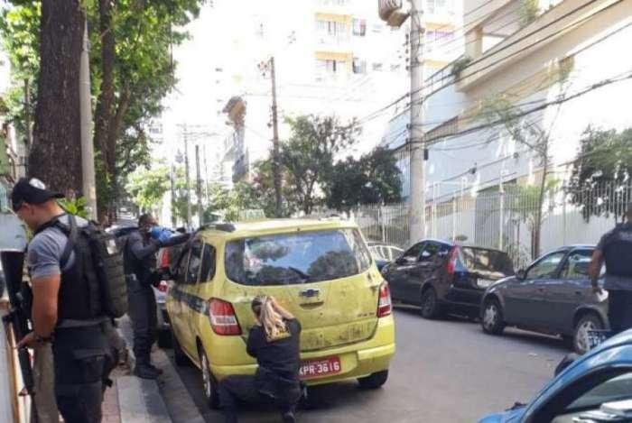 Agentes da Delegacia de Homicídios (DH-Capital) realizam perícia em táxi na rua Zamenhof (Estácio)