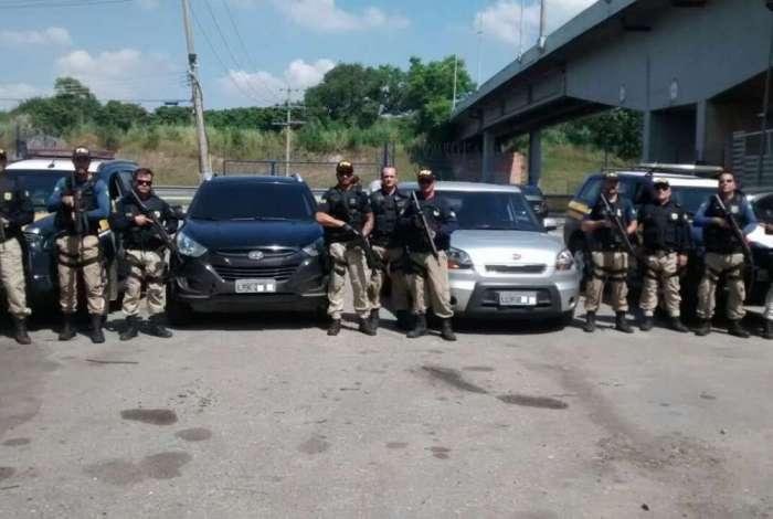 Agentes da PRF recuperaram carros roubados na comunidade da Ficap, no Jardim América