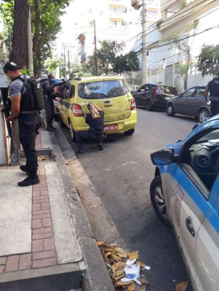 Agentes da Delegacia de Homicídios (DH-Capital) realizam perícia em táxi