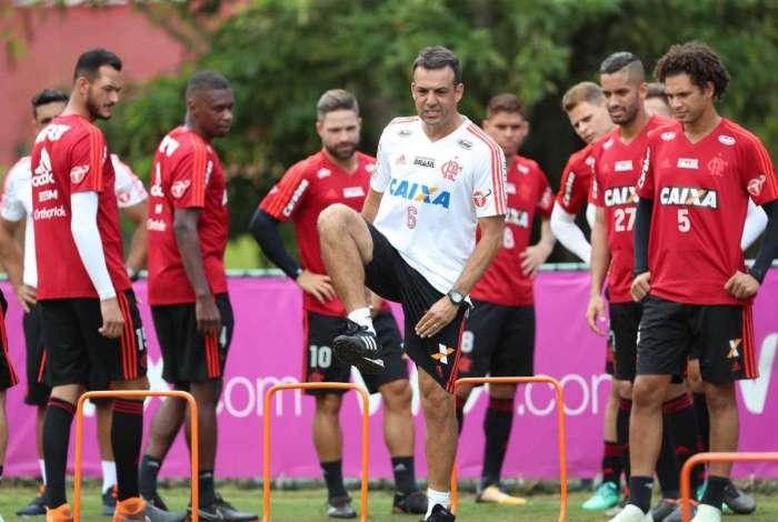 Jogadores do Flamengo trabalham a parte física no Ninho do Urubu. Santa Fé é importante obstáculo a ser superado na luta pela classificação