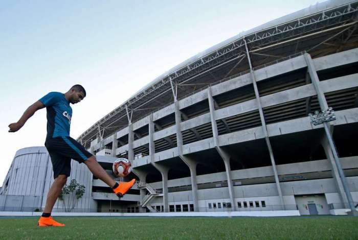 O atacante uruguaio Rodrigo Aguirre vinha apurando a forma física. Agora, passar a trabalhar com o grupo