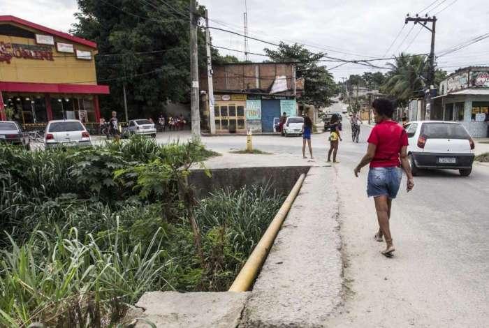 No bairro Parque Eldorado, pedestre atravessa ponte que n�o tem cal�ada nem guarda-corpo