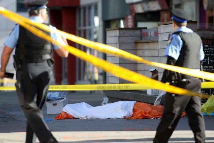 Homem dirigindo uma van atropela pedestres em Toronto, no Canadá