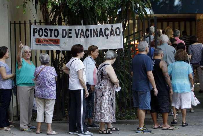 Primeiro dia útil de vacinação contra gripe no Centro Municipal Heitor Beltrão, na Tijuca