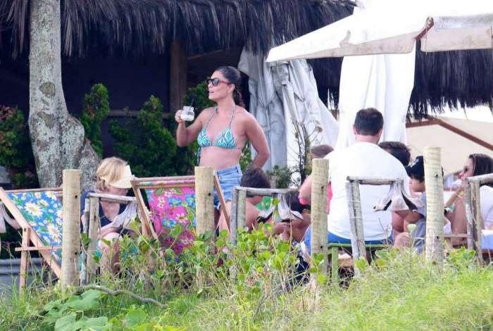 Juliana Paes curte feriado de S�o Jorge na praia com o marido e os filhos
